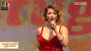 Tanya sensual a cantar