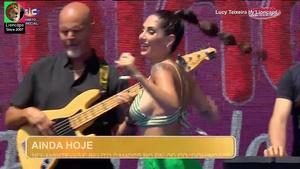 Lucy Teixeira sensual a cantar