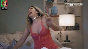 Flavia Garrafa sensual na serie Prata da Casa